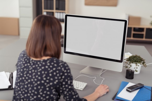 frau im büro arbeitet am computer