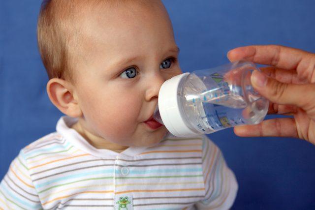 Bb buvant un biberon d'eau #2